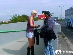 Golpeando una rubia caliente en público