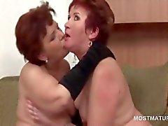Противный Orgy с взрослых Babes облизывать кисками а сосать член