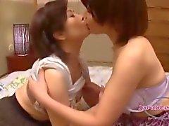 2 Busty Asian Women Baisers et le frottement Enormes ainsi que