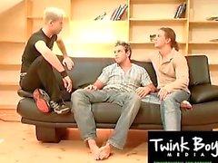 TwinkBoyMedia Eating Twink Sperma vom beggining