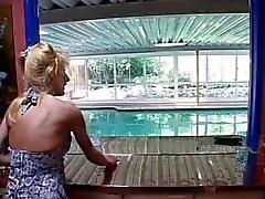 Total Mütter zugeschlagen die durch Pool guy