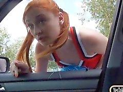 Rothaarige Cheerleader von Eva Berger Fotze im Auto gebumst