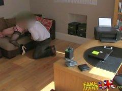 FakeAgentUK Calze rivestito di con suocera dona festeggiare per via orale il casting couch