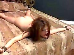 sidottu sänkyyn ja käyttää kovaa