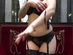 Striptease und anale Monster-Dildo-Fickerei