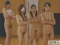 FKK Japans Sportlern spielen bizarren Spiel des die Tauziehen