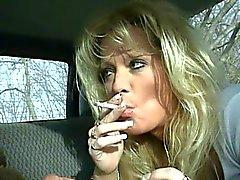 Sıcak Blonde MILF Staci BJ Sigara