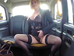 Fake Taxi Tette sexy MILF sexy in lingerie nera