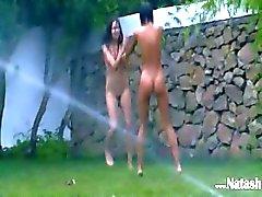 латышский цыплят водными видами спорта в саду
