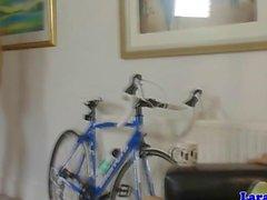 Британский зрелые берет велосипедиста на трахаются