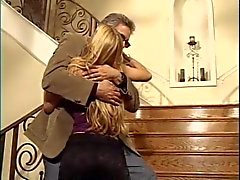 Blondi kiva perse altistaa hänen pillua portaissa ukko
