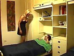 Kuuma blondi äiti eikä hänen poikansa ottaa