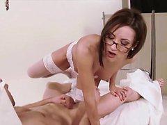 Seksi hemşire bardaktan hoşlanıyo lanet bir hasta
