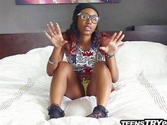 Glasses oral seks ve kahrolası giyiyor sevimli bir siyah bir Teen
