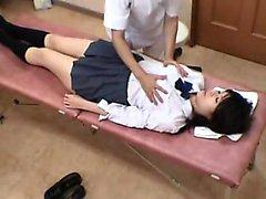 Schülerin bekommt eine Prüfung und der Arzt spielt mit ihrer ganzen