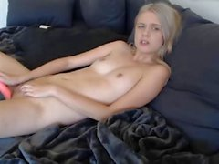 Teen fingers and plays with pussy using toy till cum