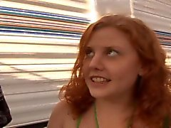 Runaway Redhead tiener Cherry krijgt haar Hairy Bush Fucked