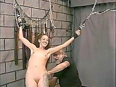 Bondaged slanka A koppen brunett en ansiktsmask famlade genom Kontaktannonser för BDSM befälhavare