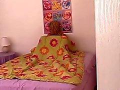 cameron en la cama esperando