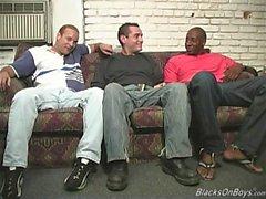 Black män dela en kul vita grabb
