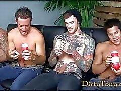 Quatros desagradáveis hunks gays se masturbando em filme pornô