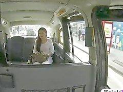 Sahte taksi sürücüsü tarafından dövülmüş Naughty bebek