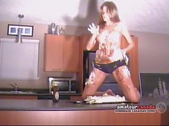 Sekainen murskataan cake kermavaahdon kera alasti Strippaus by bikinit