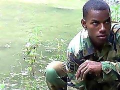 Hana - voimakas Twink sotamies joen rannalla