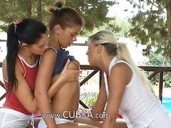 Tre lesbs leccano al di fuori