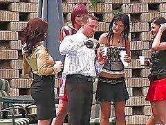 Gruppen der herrlichen Girls saugen Schwänzen Party