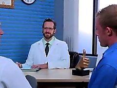 Nus guy étudiant garçon sexe gay Brian Bonds se dirige vers le Dr Strangeg