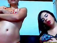 Sexy jóvenes latinas lesbiana se burlan de y bailar por cámara web