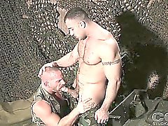 2 armeijan men annamme toisillemme intensiivinen suihinotot kasarmeilla