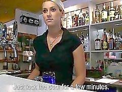 Muito barmaid Lenka bateu por dinheiro