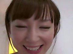 Jeune japonaise l'avale de sperme