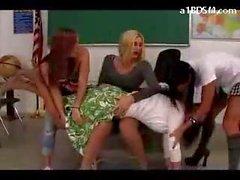 Enseignants faire prendre le cul fessée rouge par le 3 Ecolières dans la classe
