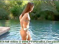 Sofía Brunette caliente que con el pequeno senos juguetear chocho y nadando en los bikiníes e destellando tetas