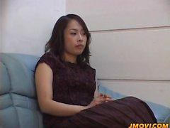 Reiko Kano tiras desnudas y el dedo se folla duro en una c