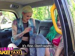 Weibliche Fake Taxi Dildo macht heiße lesbische Tattooed Babe