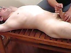 Um cara está masturbando fora de um pau amarrado caras