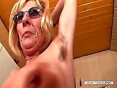 Garip memelerini stripping ile teasing gözlük olgunlaşması