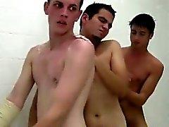 Dusch Zeit für Gruppe Teenager in Homosexuell Geschwisterlichkeit