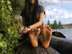 Revealing toes on log