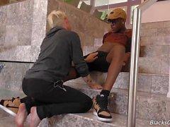 Blonde Twink wird hart gefickt von einem schwulen schwarzen Kerl