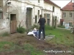 Twee jongens krijgen ondeugende buitenshuis