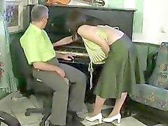Oude man neukt sexy brunette chick die hem verleidt