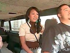 Teenager asiatisch Liebste reiten die Geschlechts -Bus für einen Fick