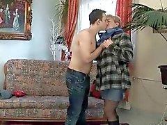 El hombre joven fucks la abuelita gordito en el sillón