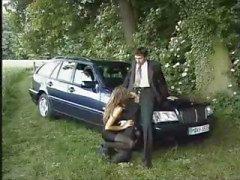 Brunette narttu Denise La Bouchen saa munaa vieressä auton puolella tietä