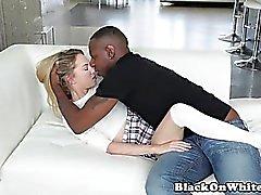 Petite Babe von schwarzen Stud auf der Couch schlug